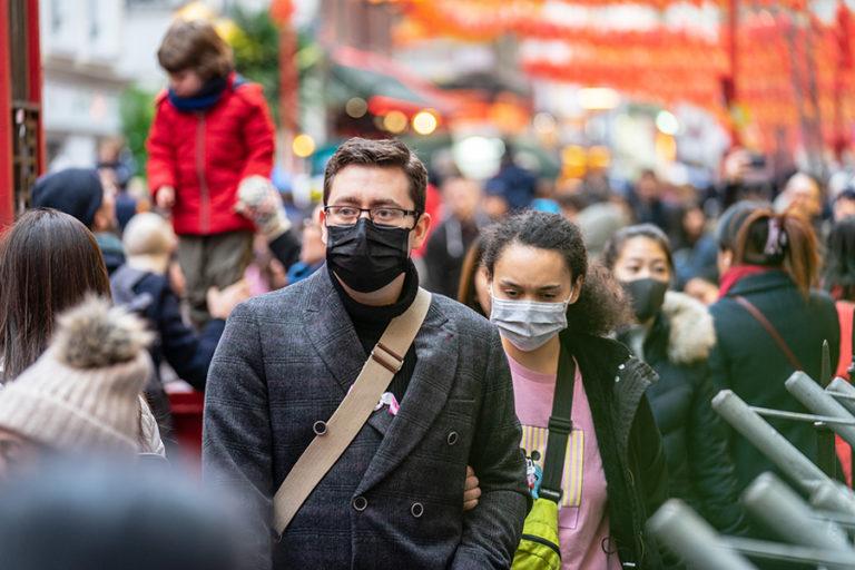 Personas con máscaras en la calle